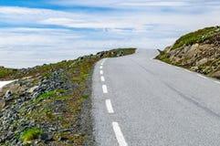 Slingrig ökenväg till himmel i Norge Arkivfoton