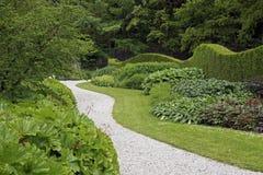Slingrig bana i en trädgård Royaltyfri Foto