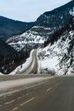 Slingrig berghuvudväg i vinter Royaltyfria Bilder