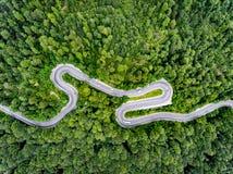 Slingrig bergväg med bilar på den arkivbild