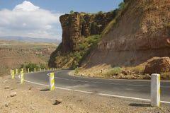 Slingrig bergväg som leder till Bahir Dar, Etiopien Arkivbild