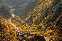 Slingrig huvudväg i Andorra royaltyfria foton