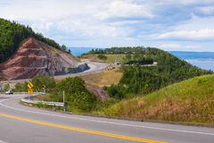 Slingrig kust- väg i Gaspe Quebec Arkivfoton