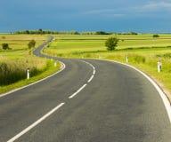 Slingrig landsväg Arkivfoto