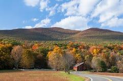 Slingrig landsväg till och med de Catskill bergen av New York royaltyfri fotografi