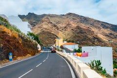 Slingrig och smal väg i Anaga berg, Tenerife, Spanien arkivfoton