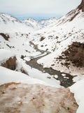 Slingrig snöig dalflod Royaltyfri Fotografi