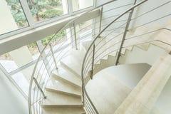 Slingrig trappa i lyxig lägenhet fotografering för bildbyråer