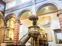 SLINGRIG TRAPPUPPGÅNG I DEN GAMLA DOMKYRKAN, CUENCA ECUADOR Royaltyfri Foto