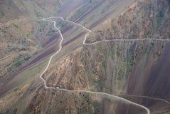 Slingrig väg för högt berg Arkivbild