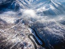 Slingrig väg från passerandet för högt berg i Transylvania som är romani royaltyfri bild