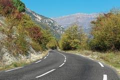 Slingrig väg i bergen av Alpesen-Maritimes Royaltyfri Fotografi