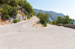 Slingrig väg i Biokovo berg. Royaltyfri Bild