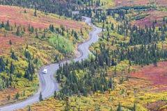 Slingrig väg i den Denali nationalparken i Alaska Fotografering för Bildbyråer