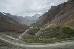 Slingrig väg in i Tian Shan Mountains av Kirgizistan Fotografering för Bildbyråer