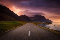 Slingrig väg och berg på gryning Arkivbild