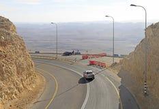 Slingrig väg på den Ramon krater i den Negev öknen Arkivbilder