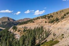 Slingrig väg på det Loveland passerandet i Colorado royaltyfri foto