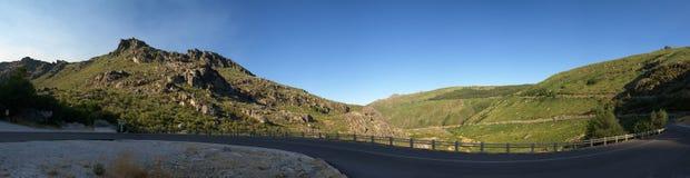 Slingrig väg på Serra da Estrela nära Manteigas, Portugal Royaltyfri Bild