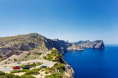 Slingrig väg till fyren av Lock de Formentor och stenig kust av medelhavet, Mallorca royaltyfria foton