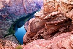 Slingringar för Arizona hästskokrökning av Coloradofloden i Glen Canyon arkivfoto