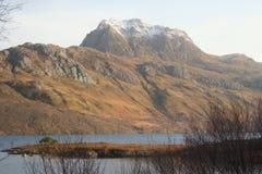 Slioch y lago Maree, Slioch y lago Maree, montañas del noroeste de Escocia foto de archivo libre de regalías