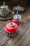 Slipande hjälpmedel för att borsta trä och att ge det textur Trådborstar på behandlat trä kopiera avstånd royaltyfri foto