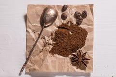 Slipat kaffe och kaffebönor Arkivbilder