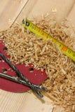 slipmedel drill som ligger nära sawdustbandet Arkivbilder