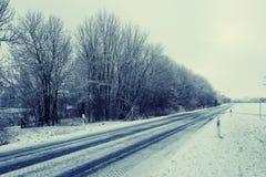 Slippy bevroren weg op de wintertijd Stock Afbeeldingen