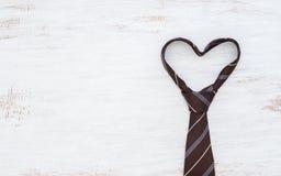 Slips i hjärtaform på vit trätabellbakgrund för grunge B?sta sikt med kopieringsutrymme Father& x27; begrepp f?r s-dagbakgrund royaltyfria foton