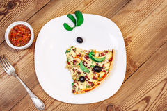 Slise da pizza caseiro com molho em de madeira Fotos de Stock Royalty Free