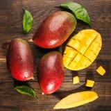 Slised rijpe mango op beboste raad Royalty-vrije Stock Foto