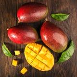 Slised rijpe mango op beboste raad Stock Foto's
