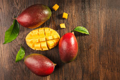 Slised rijpe mango op beboste raad Royalty-vrije Stock Afbeelding