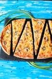 Slised vegeterian domowa robić pizza z pieczarkami Odgórny widok na błękita stole obrazy stock