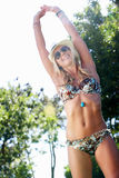 Slitage bikini för kvinna i trädgård Arkivfoton