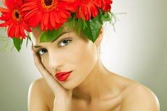slitage blommor för förförisk kvinna i henne hår Arkivbild
