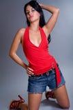 slitage för kortslutningar för gullig flicka för brunett lyckligt Arkivfoton