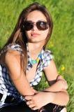 slitage för modeflickasolglasögon Arkivfoto