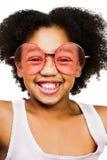 slitage för flickaståendesolglasögon Arkivbilder