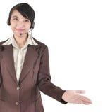 Slitage hörlurar för affärskvinna och öppna händer Royaltyfri Bild