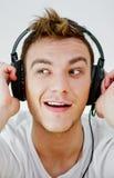 Slitage hörlurar för ung man Royaltyfria Bilder