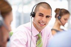 Slitage hörlurar med mikrofon för ung affärsman Royaltyfria Bilder