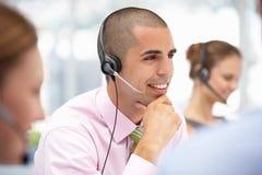 Slitage hörlurar med mikrofon för ung affärsman Royaltyfri Fotografi