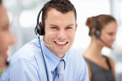 Slitage hörlurar med mikrofon för ung affärsman Arkivbilder