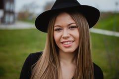 Slitage hatt för nätt flicka Royaltyfri Fotografi