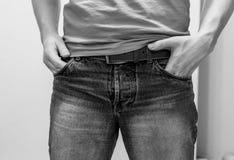 Slitage jeans för man arkivbild