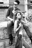 Slitage jeans för sexiga och stilfulla unga par Fotografering för Bildbyråer