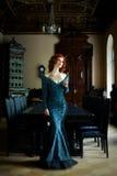slitage kvinna för blå klänning royaltyfri foto